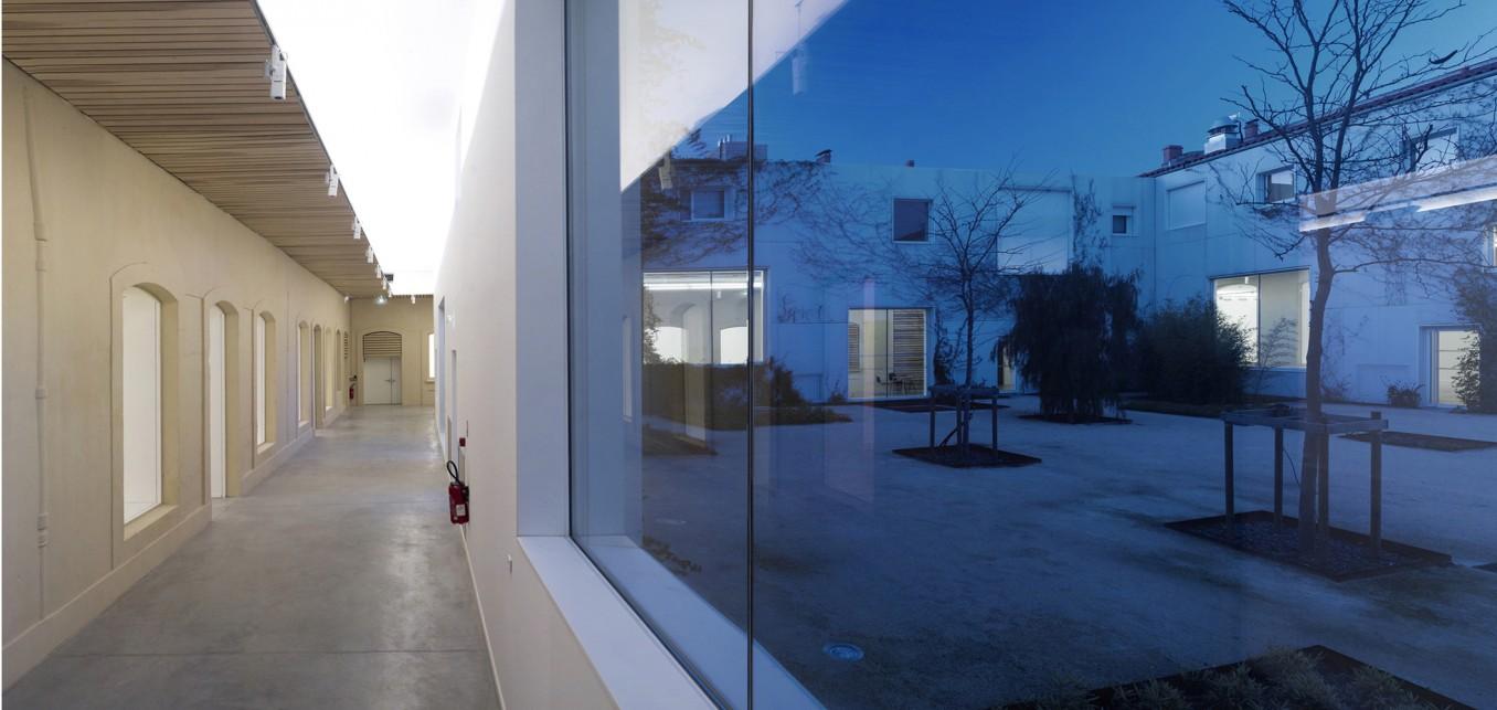 Traverses - couloir intérieur et cour - crédits photo : Brice Pelleschi