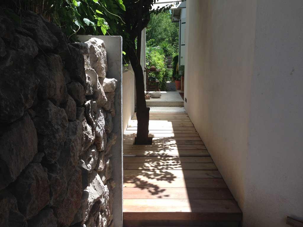 Traverses - séquence d'entrée et perspective vers le jardin sud