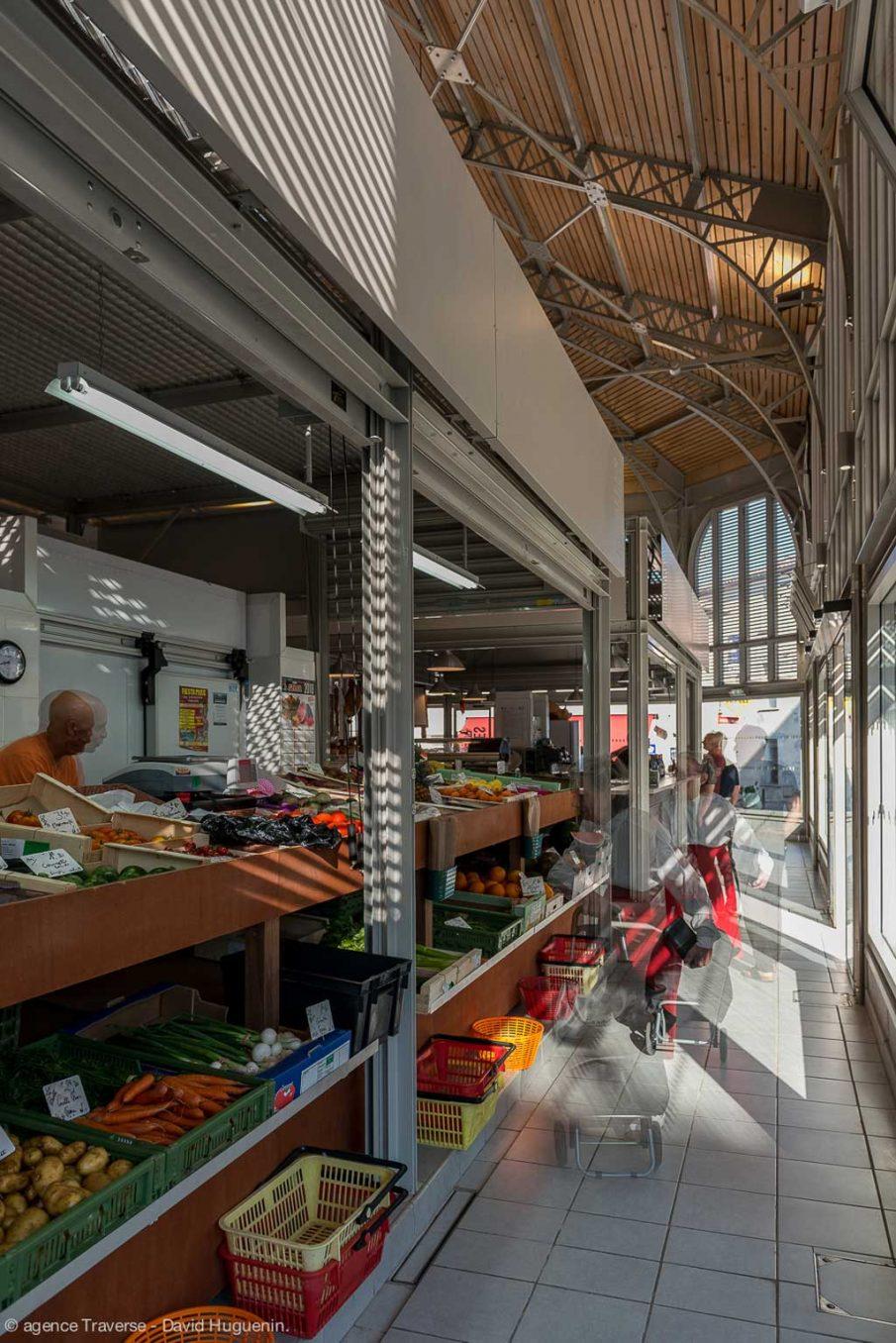 Traverses - vue intérieure des halles rénovées et transparences vers l'extérieur
