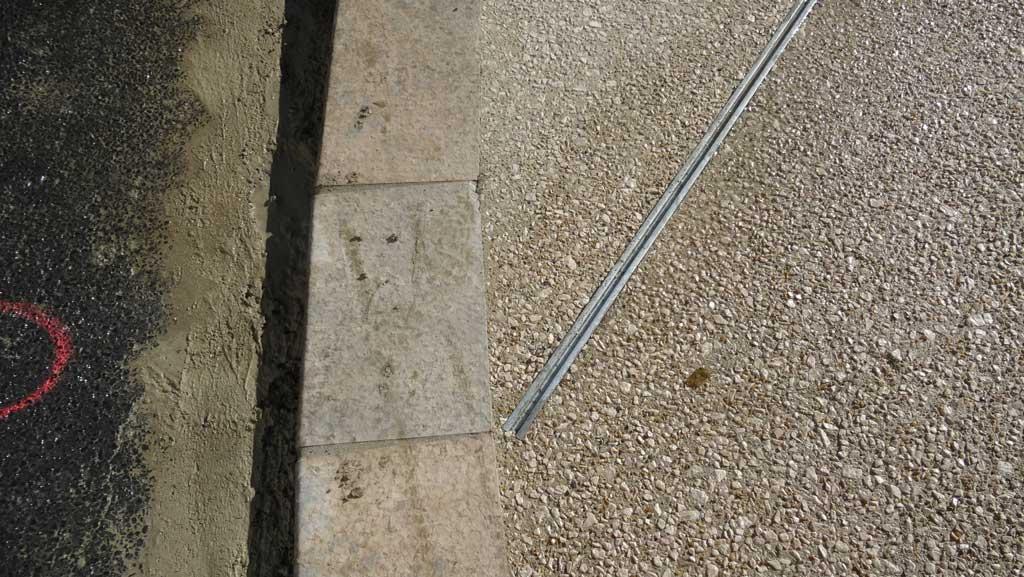 Traverses - détail des fils d'eau métalliques intégrés dans le béton des sols