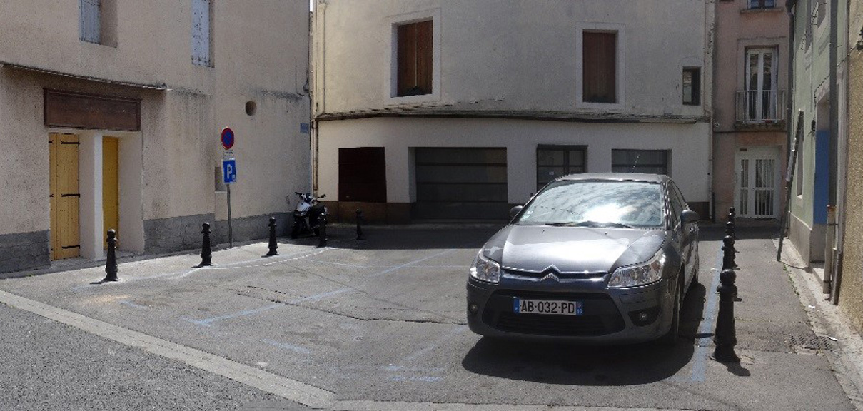 Traverses - la place du Château avant travaux dans son usage unique de parking