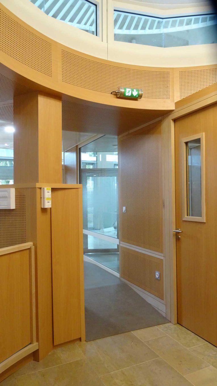 Traverses - installation des éléments de mobilier intégré du SAUJ