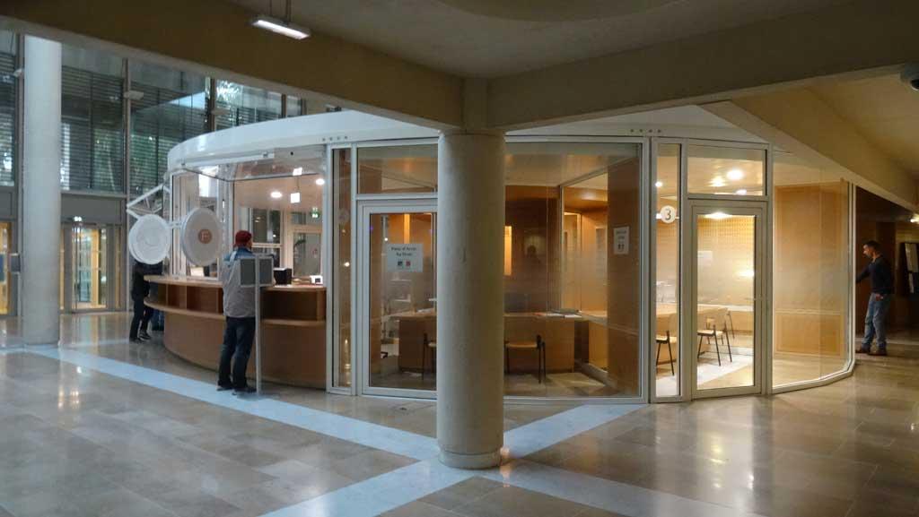 Traverses - vue des bureaux du SAUJ accessibles depuis la salle des pas perdus