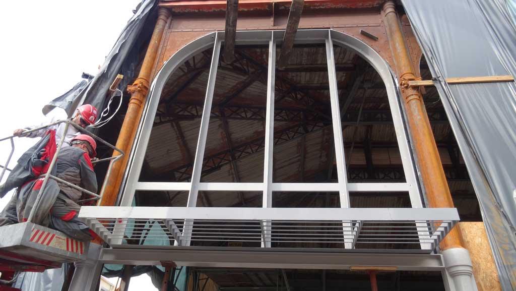 Traverses - travaux de façades - montage des précadres supports des futurs éléments de façades et de brise soleil